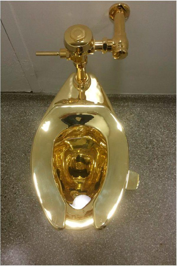 В Нью-Йорке открылся общественный туалет с унитазом из золота 750 пробы