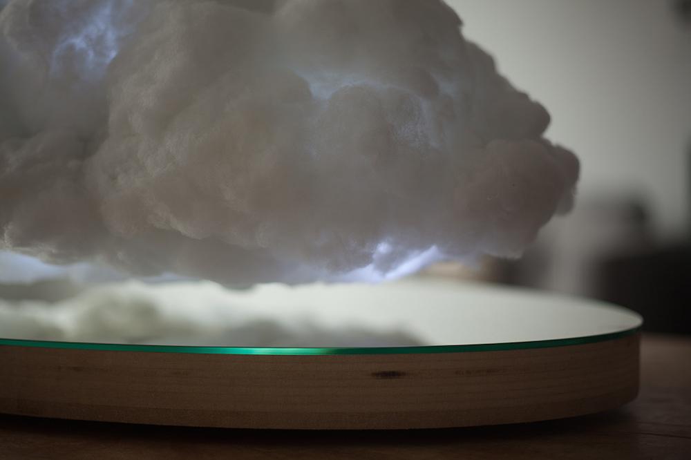 Динамик в виде облака с молнией