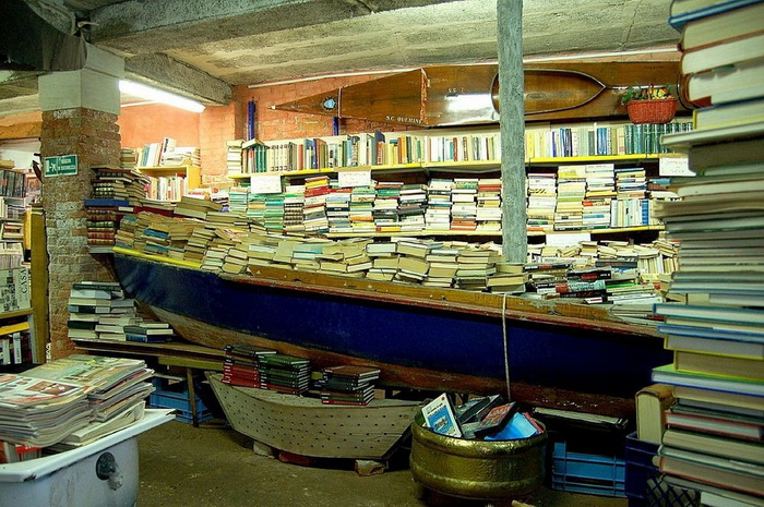 Книги в гондолах: оригинальная книжная лавка в Венеции