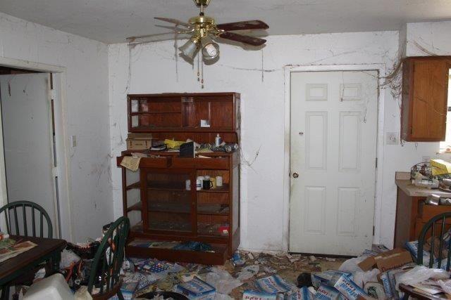В доме-свалке не стали делать уборку перед продажей