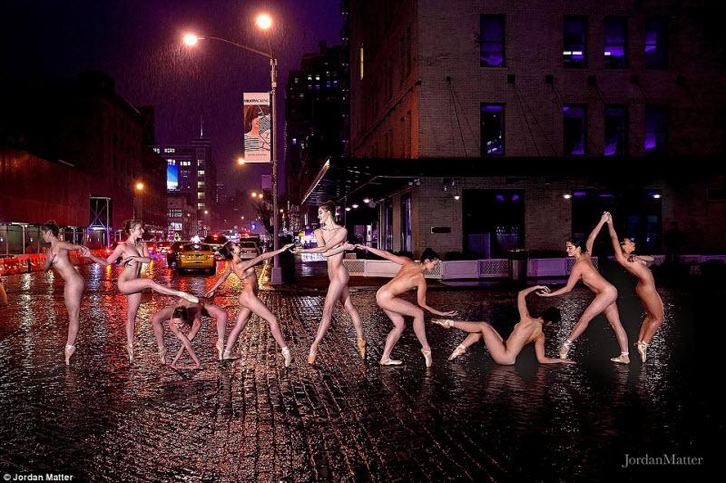 Обнаженные танцоры на улицах ночных городов