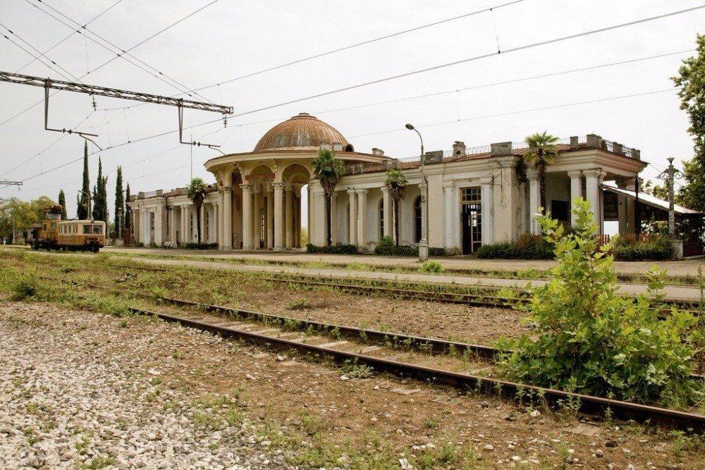 Красивая заброшенная железнодорожная станция, Келасур, Абхазия