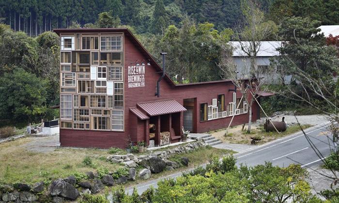 Бар в Японии, построенный из мусора