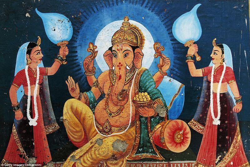 Индийцы поклоняются мальчику с дефектом черепа