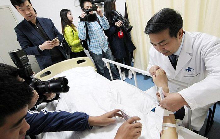Китайские врачи вырастили ухо на руке пациента