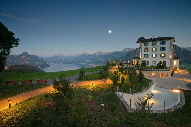 Отель с пейзажным бассейном в Швейцарских Альпах