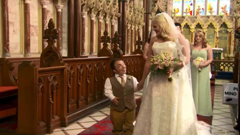 Жениху-карлику понадобилось взять на свадьбу стремянку