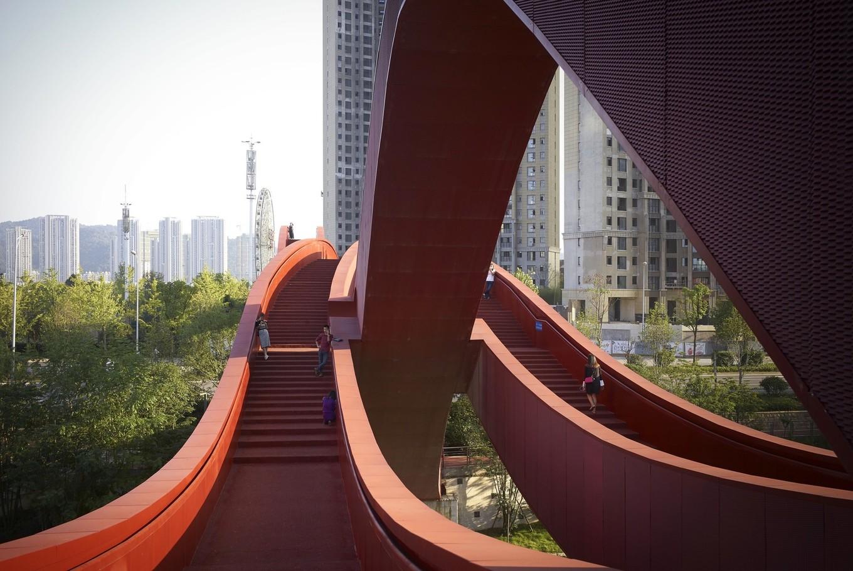 Уникальный пешеходный мост в Китае