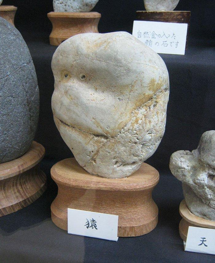 Необычный музей камней с человеческим лицом в Японии