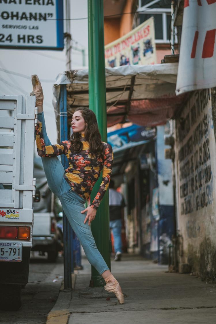 Чувственные портреты танцоров на оживленных улицах старинного Мехико