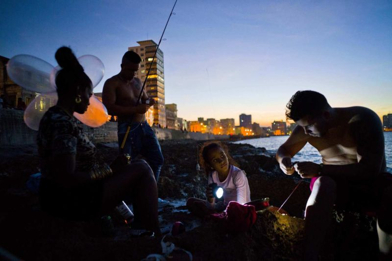 Изобретательные кубинцы ловят океаническую рыбу с помощью презервативов