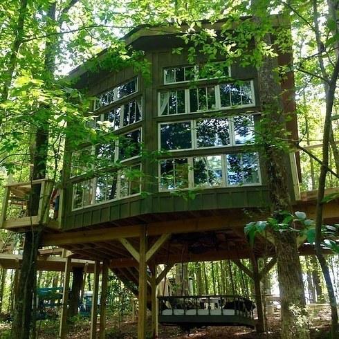 10 изумительных и доступных шалашей на деревьях