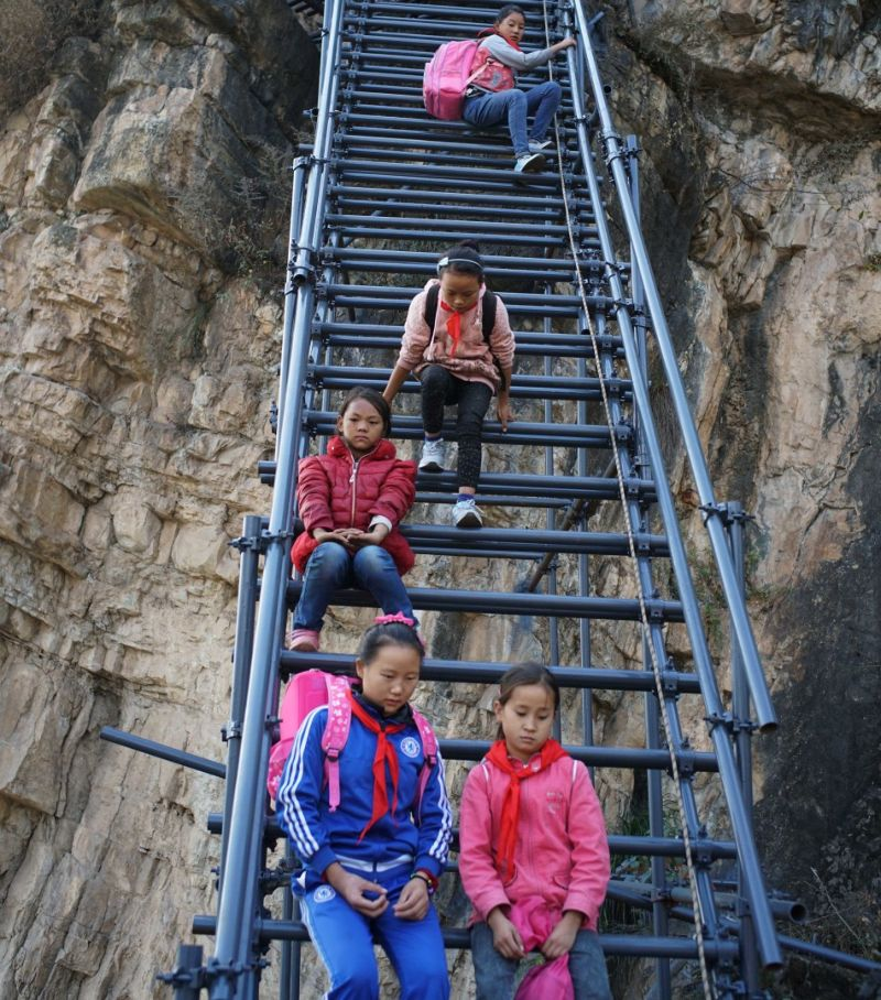 Металлическая лестница для школьников, которые рисковали жизнью каждый день