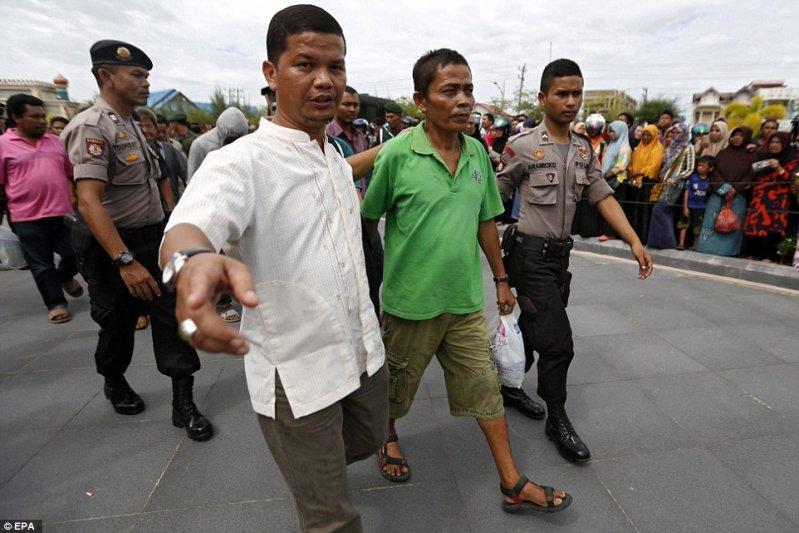 Публичная порка игроков в Индонезии