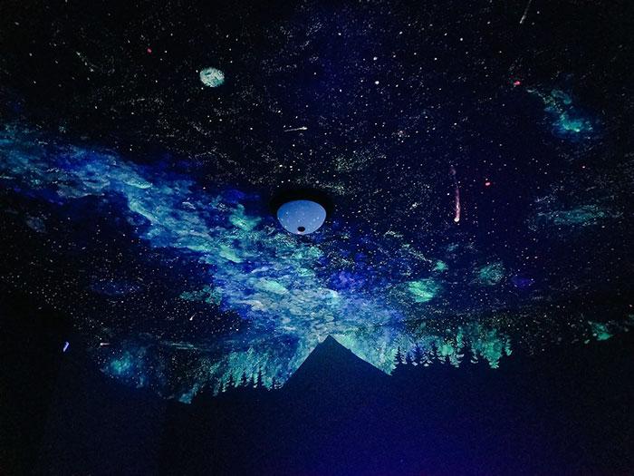 Великолепное звездное небо на потолке спальни сына