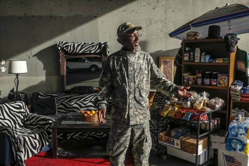 Бомж обустроил в пешеходном переходе личные апартаменты