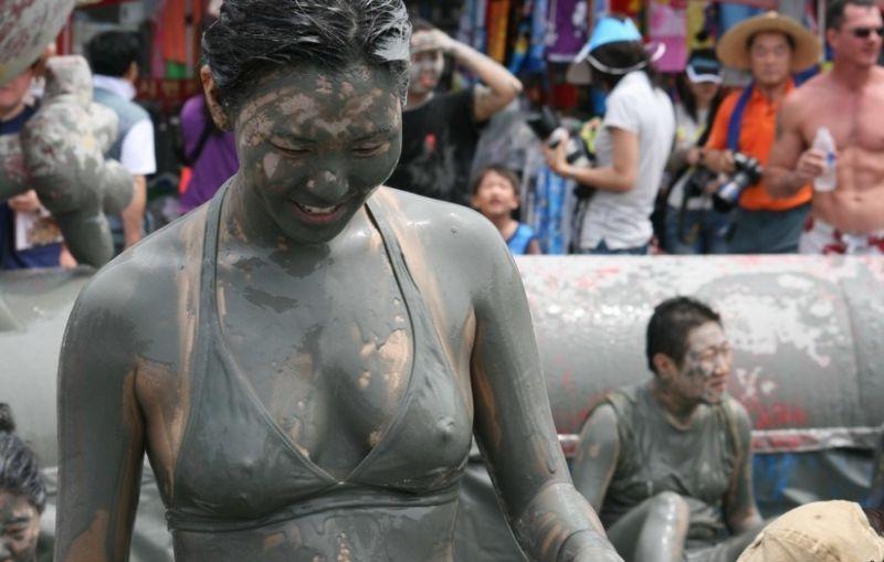 На фестивале грязи в Южной Корее