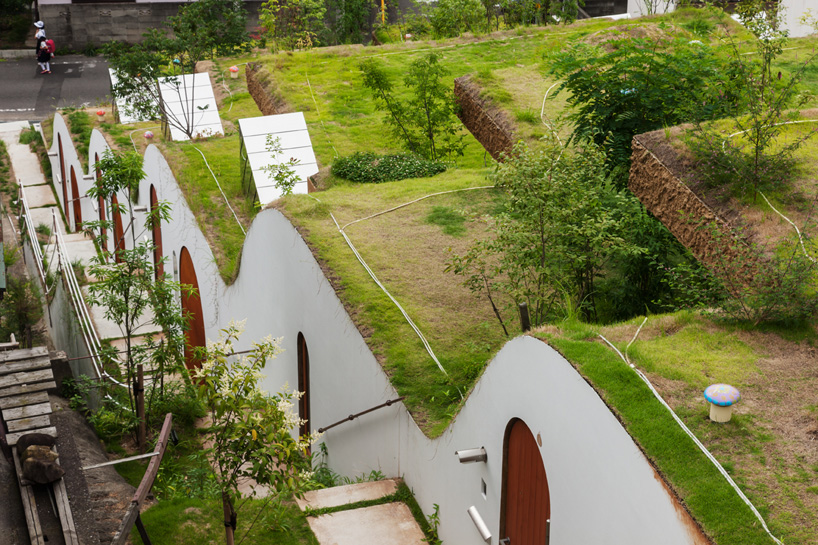 Жилой комплекс встроенный в земляной ландшафт Японии