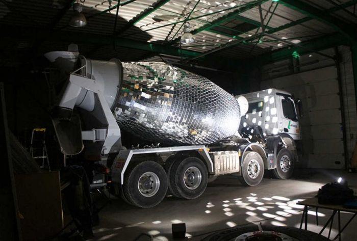 Огромный диско-шар из бетономешалки