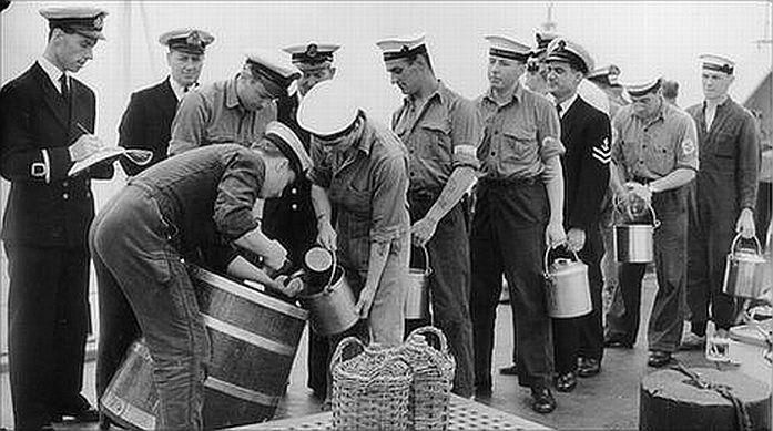 Морякам британского флота ежедневно выдавали по ведерку рома
