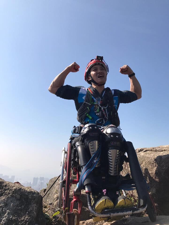 Парень в инвалидном кресле забрался на 500-метровую скалу