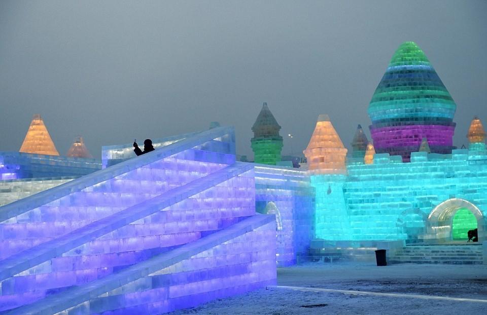 Ледяной город на ежегодном зимнем фестивале в Китае
