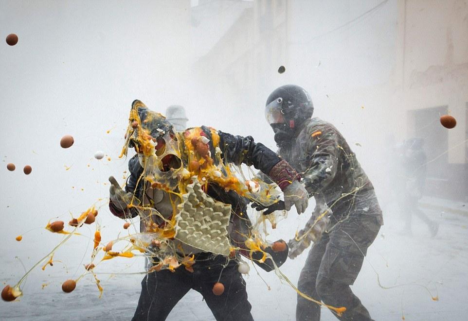 Бой яйцами в Испании
