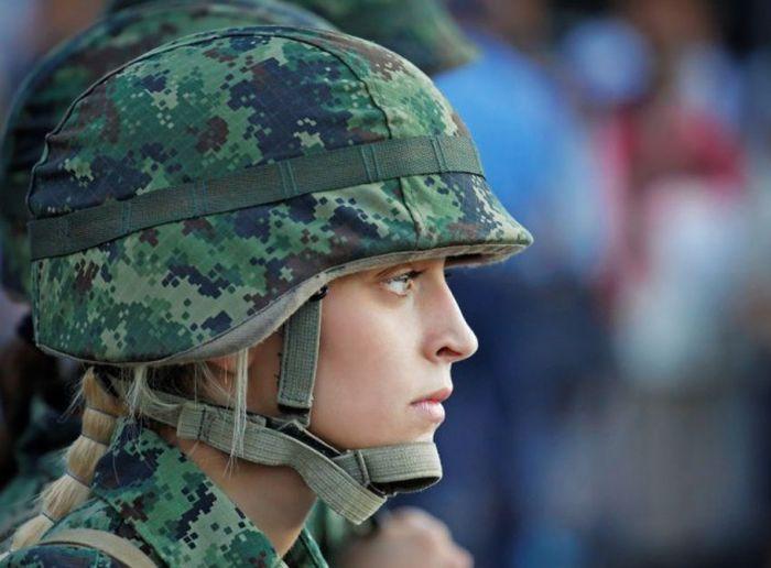 Красивые девушки — военнослужащие сербской армии