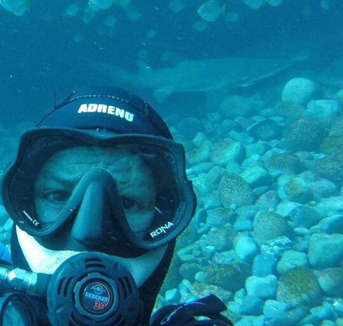 Акула обнимается с дайвером при каждом его погружении