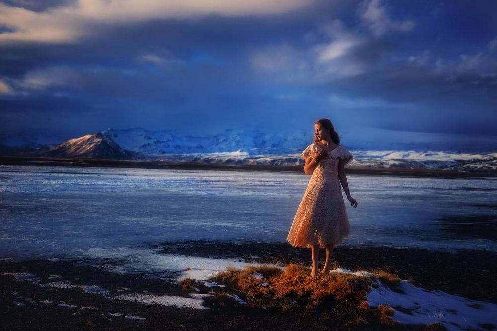 Фотограф с девушкой путешествуют в самых красивых местах