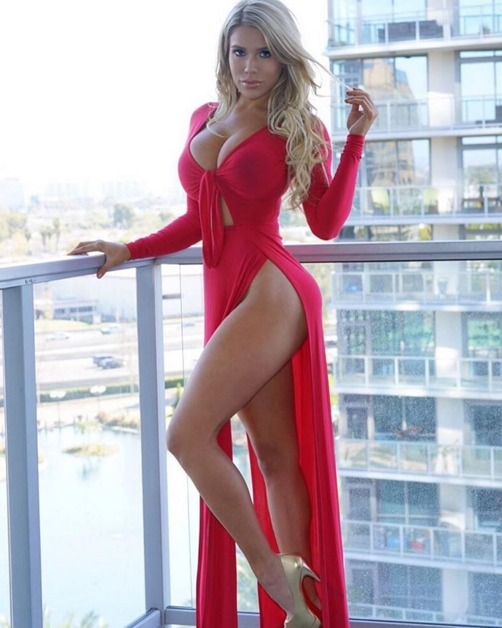 Сексапильные девушки в платьях
