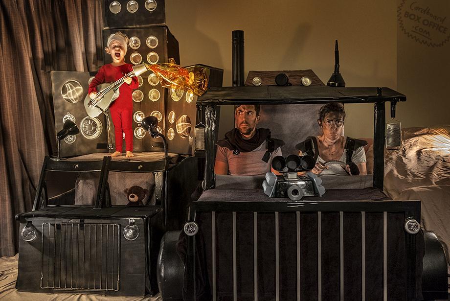 Семья воссоздает сцены из любимых фильмов