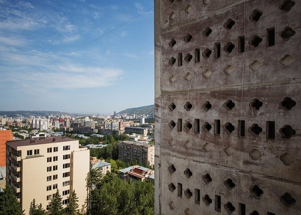 Необычные здания Грузии с надземным сообщением