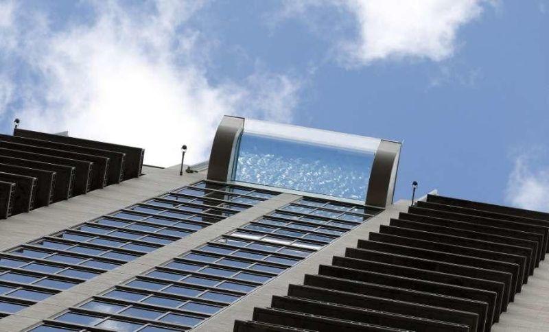 Бассейн с прозрачным дном на высоте 150 метров над землей