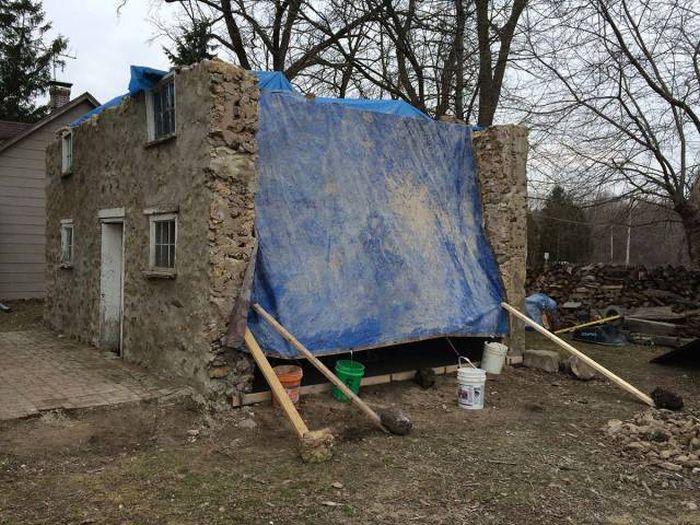 Кузница в развалинах старого дома