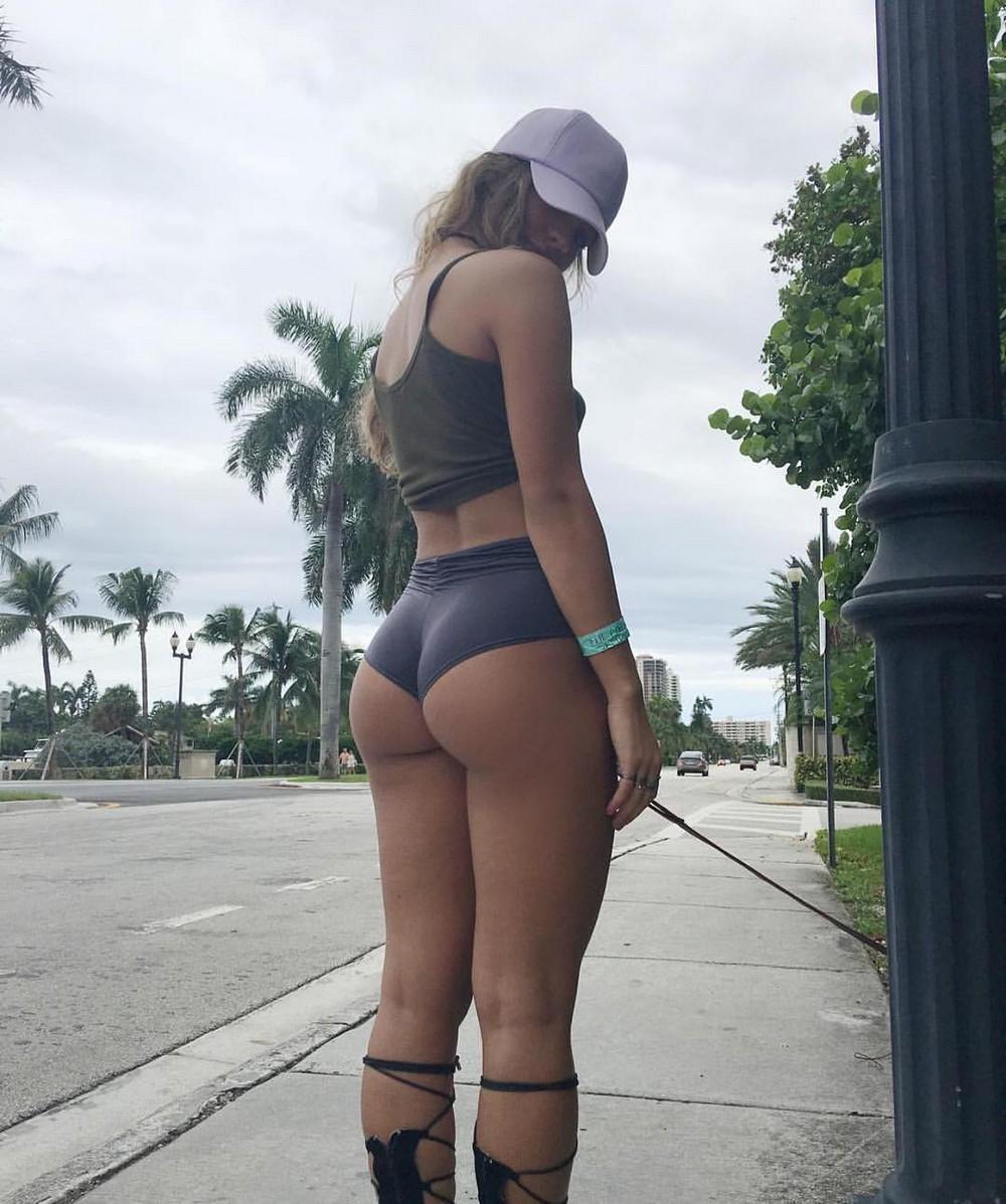 Красивые девушки на городских улицах