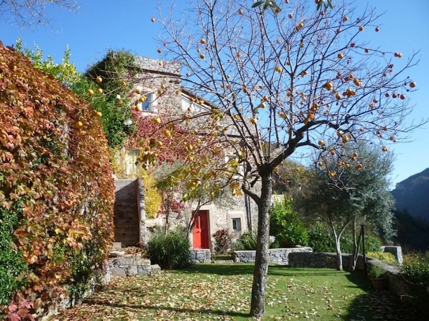 Каменная средневековая деревня в Италии