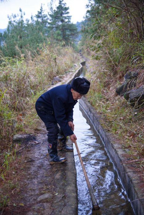 Пожилой китаец вырыл отдельный канал для родной деревни