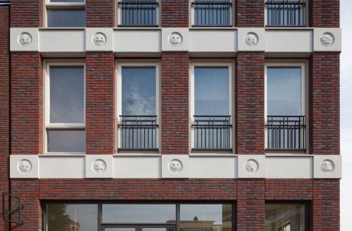 В Нидерландах фасад здания украсили смайликами эмодзи