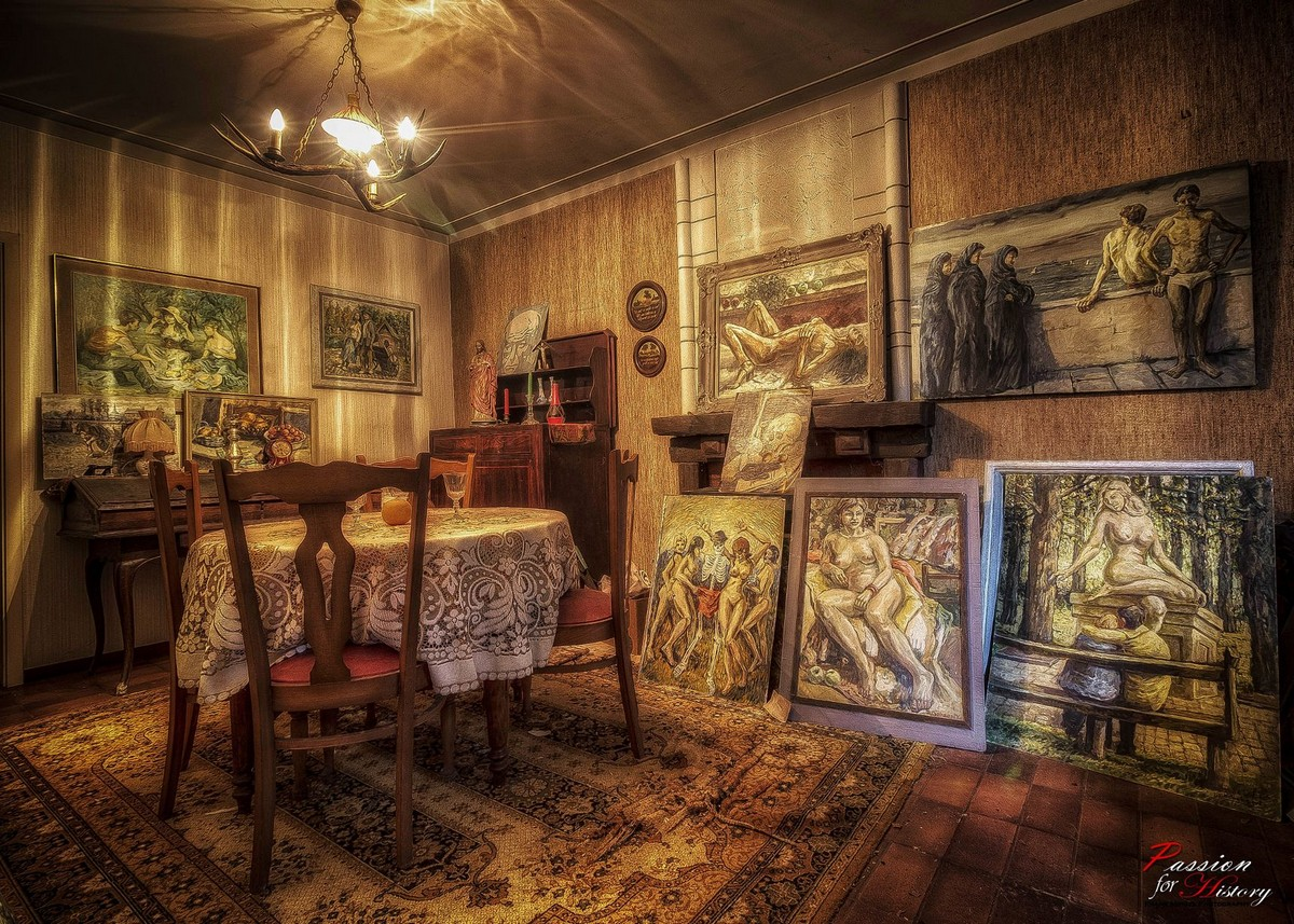 Заброшенный дом с предметами искусства
