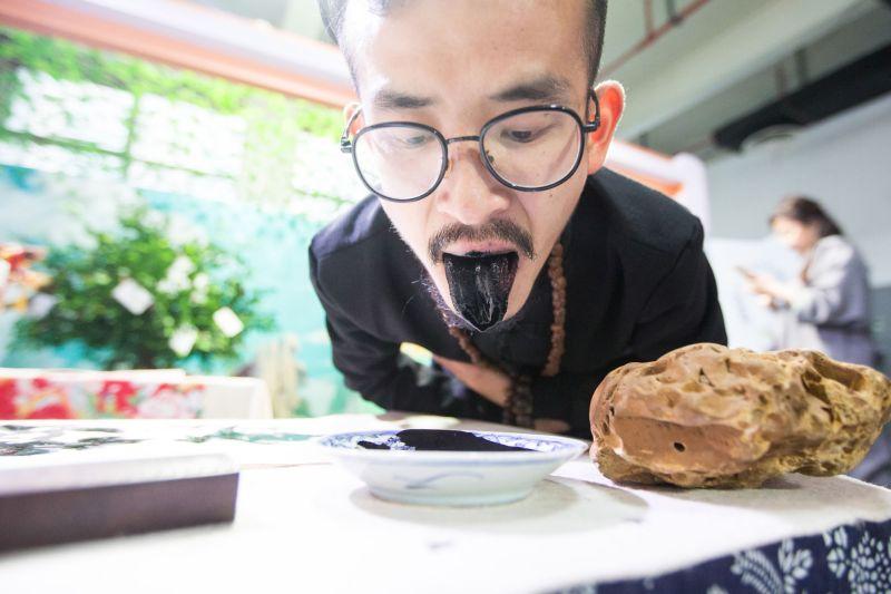 Китайский художник пишет картины языком
