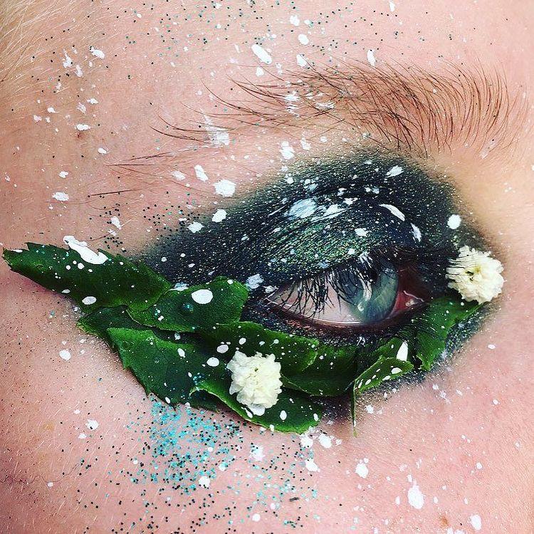 Талантливая визажистка делает макияж при помощи живых цветов