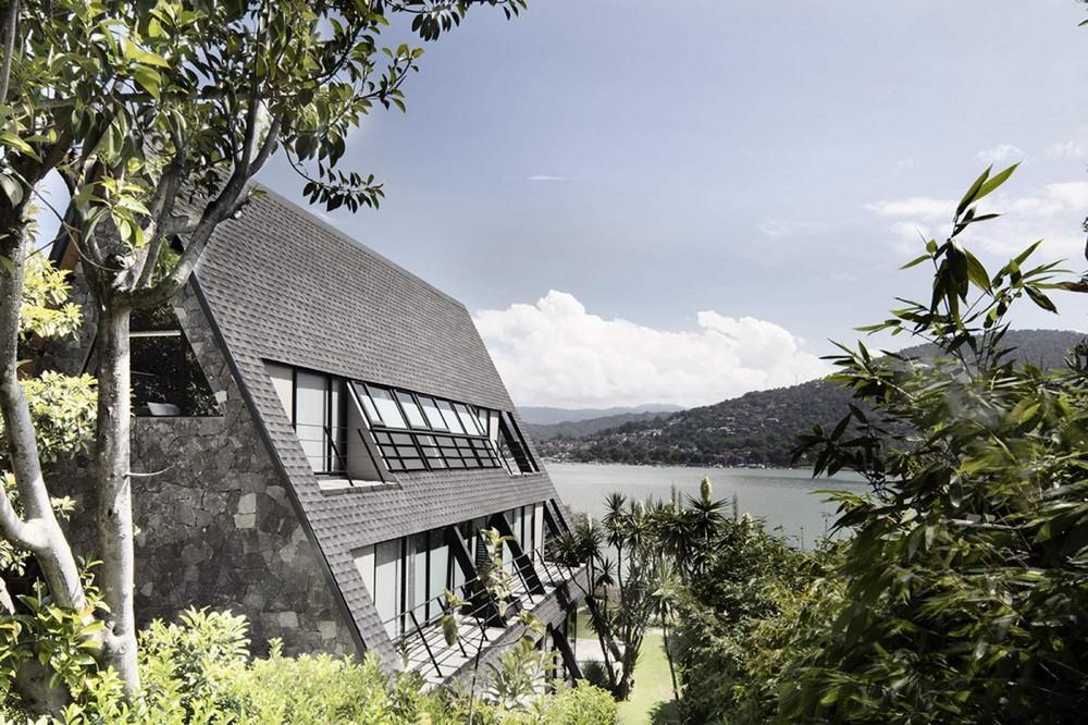 Треугольный дом на берегу озера в Мексике