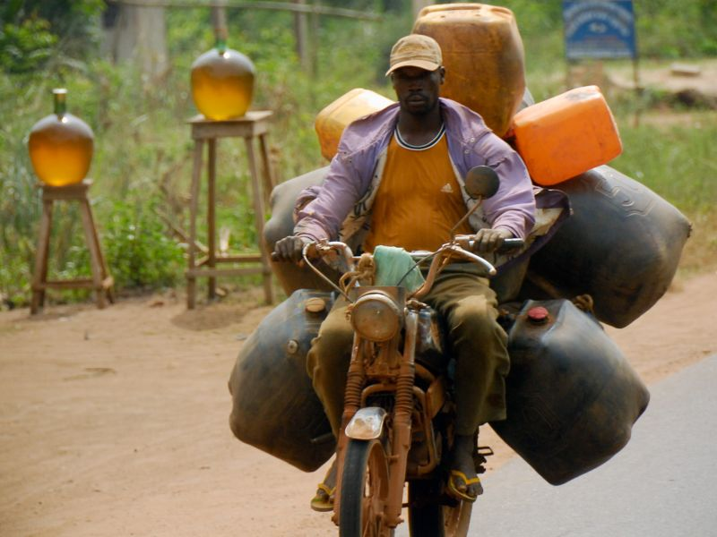 Африканские контрабандисты топлива на мотоциклах