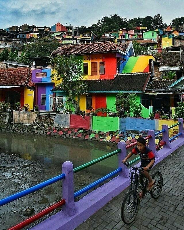 Невероятно красочная деревня Кампунг Пеланги в Индонезии