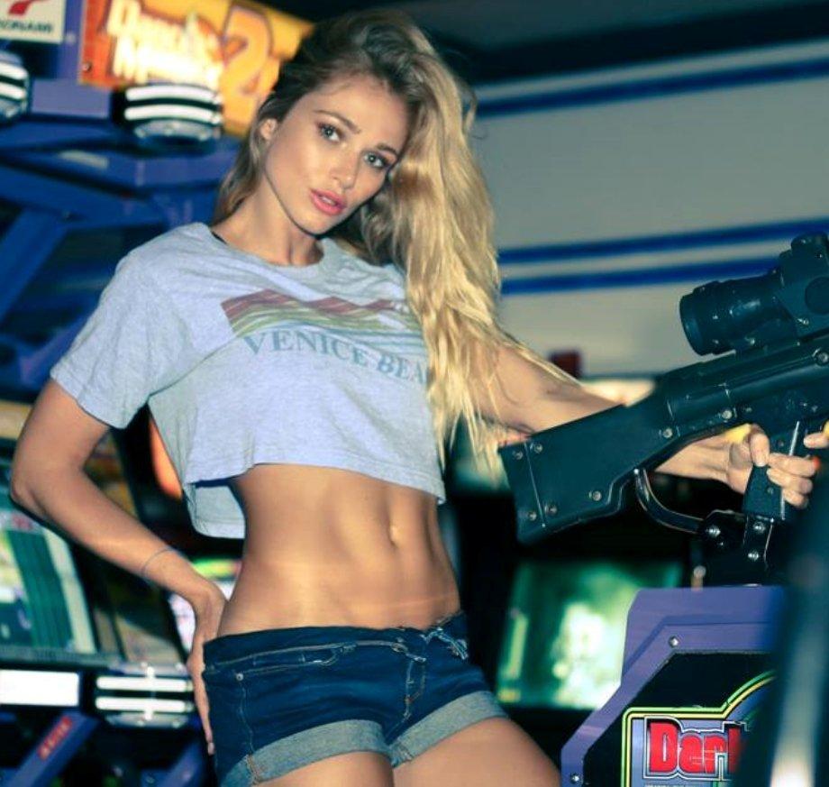 Красивые девушки с оружием