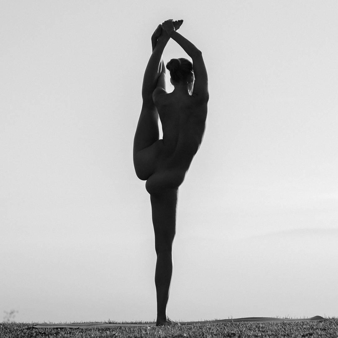 Обнаженная йога от 25-летней девушки