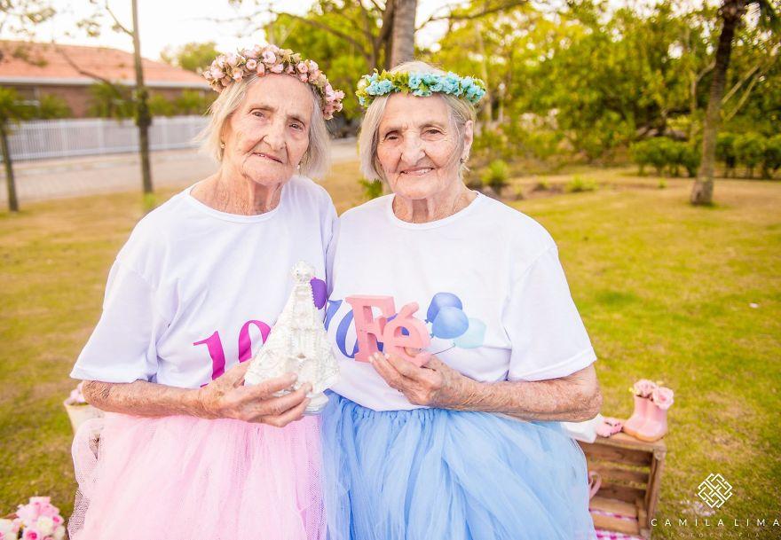 Сестры-близняшки празднуют 100-летний юбилей