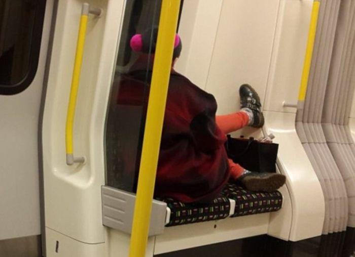 Женщины занимают много места в общественном транспорте