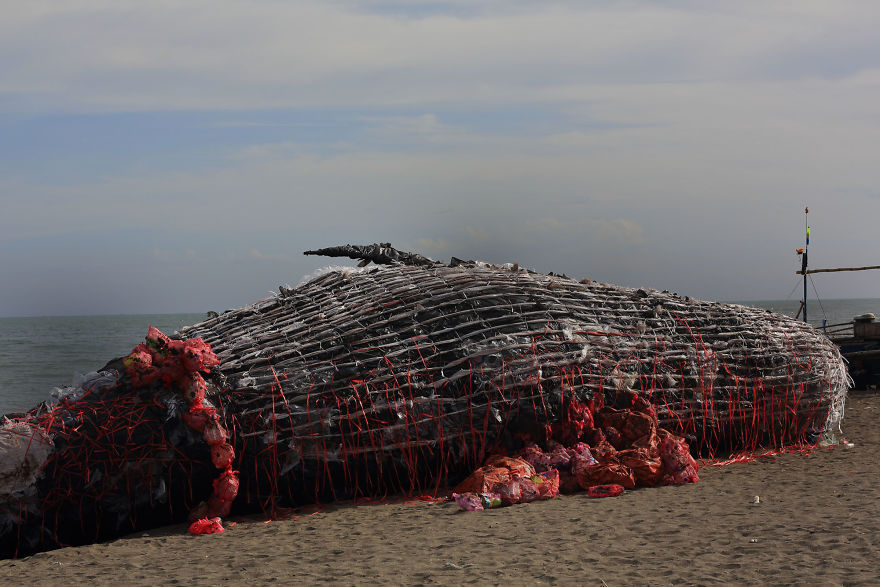 Инсталляция Мёртвый кит